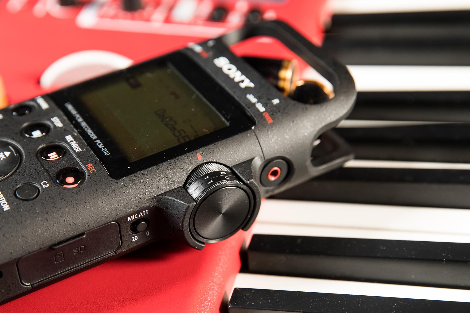 陳小律相當推薦左右聲道獨立類比收音控制轉盤的�計,透過精準的旋轉調整到適當的音量,讓他能即時監聽錄音品質。