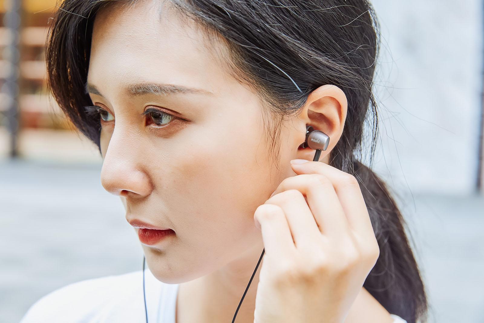 看完耳罩式的 Avanti C 之後,接著來瞧瞧輕便型的 Mythro C 入耳式耳機。密閉型�計讓它能有效阻隔外界噪音,佩戴上也符合人體工�,鈦灰色(另有銀白色)機殼顯得相當耐看。