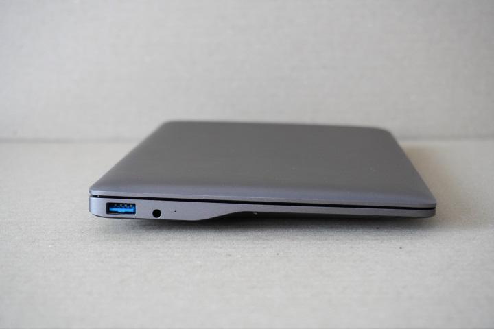 機身側面採削薄設計,讓外型看來更加輕薄。左側具有USB 3.2 Gen1、3.5mm耳機麥克風複合端子各1組