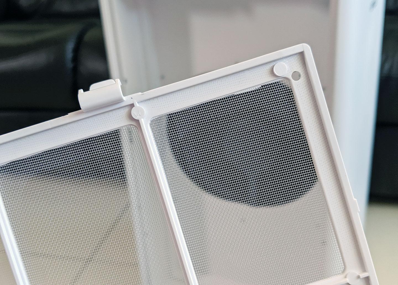 初效濾網的網目相當密,可有效阻隔肉眼可見的空氣污染物,而這層濾網也是可定期水洗清理的。
