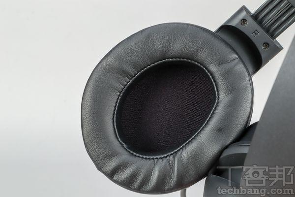 記憶泡棉大耳墊包覆性、密音性與舒適度兼具,戴久也不易悶熱,上有R、L字樣方便辨識左右耳。
