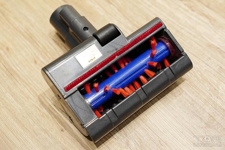 電動滾刷除螨吸頭透過高速拍打可以將床墊裡面的塵螨、灰塵拍打出來,在透過強力吸力吸進集塵筒。