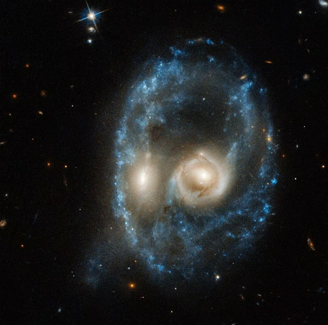 NASA公布哈伯太空望遠鏡拍到的一張「臉」,竟然與我們的好朋友撞臉了?