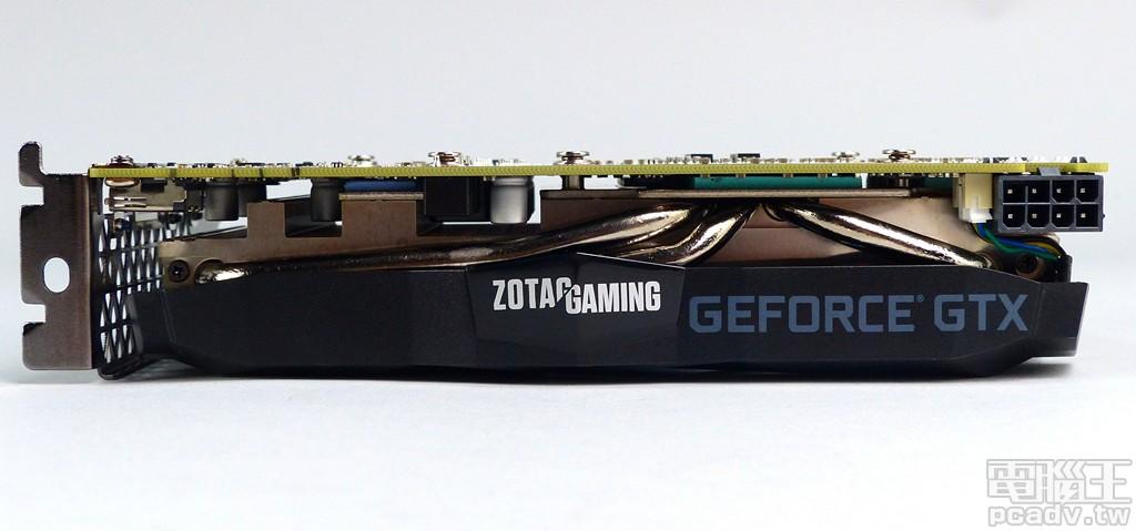 ▲ 顯示卡散熱器飾蓋側邊印製該系列 ZOTAC GAMING 以及 GEFORCE GTX �樣,�處也可以觀察到 3 根 6mm 熱導管蹤跡。