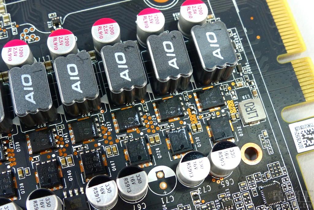 ▲ 顯示晶片主要供電 4 相轉換規模,單相上橋採用 1 顆 QN3103M6N,下橋則是採用 1 顆 QN3017M6N。