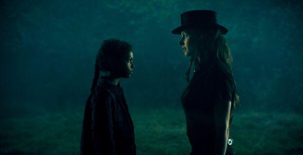 《安眠醫生》�最具�力的反派首領「高帽蘿絲」,遇上千�選一的「閃靈少女」艾柏拉
