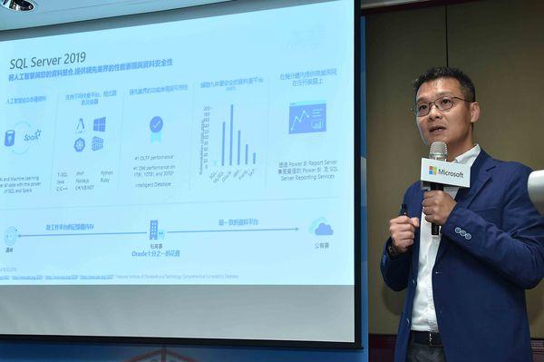台灣微軟雲端平台事業部副總經理李啓後補充,微軟SQL Server 2019自動化管理資料庫將方便使用者專心處理數據分析,無須費心管理伺服器,符合企業次世代基於混合雲大數據平台的要求。