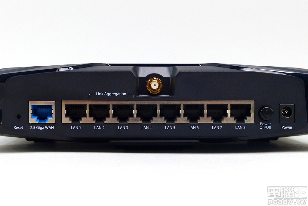 ▲ RJ45 有線網路孔均安排在機身後側,1 個 WAN 埠最高可支援 2.5Gbps 連線速率,8 個 LAN 埠最高可支援 1Gbps,其中 LAN 2 和 LAN 3 可於網頁管理介面合併,透過 802.3ad/Link Aggregation 協定組成 2Gbps,可用於連接 NAS 等高速傳輸應用。