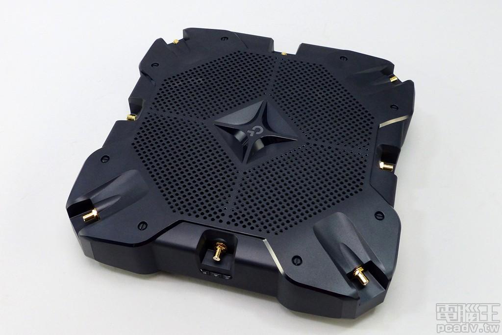 ▲ 多天線無線網路產品需考量空間分集效果,因此 8 支天線均安排於機身最外圍。