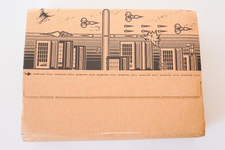 紙箱背面印有點陣圖風格圖片,順著封條就能輕鬆拆卸紙箱。