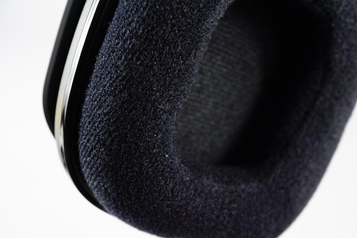 隨附的耳墊為絨布材質,由於耳罩為半開放式,因�意外地不會特別悶熱,但是隔音性並不好。