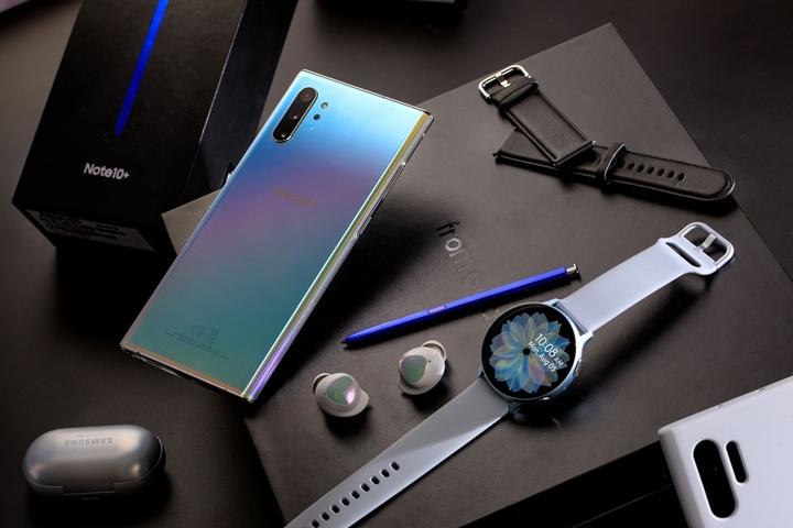 Galaxy Note 10+ 閃耀奇機組超豪華限定禮盒內含 Galaxy Note 10+(256GB 星環銀)、Galaxy Watch Active 2(冰川銀)、Active 皮革錶帶(黑)、Active運動彈性錶帶(粉)、Galaxy Buds(星燦銀)、Note 10+ 薄型背蓋(矽膠材質、銀)。