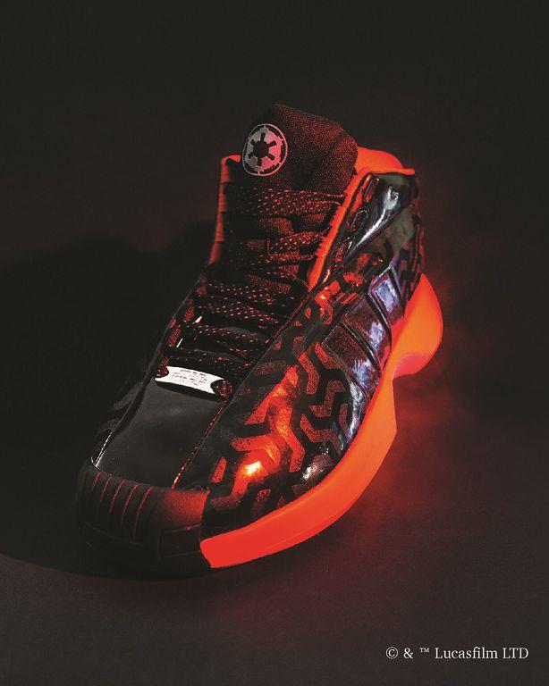 黑暗勢力的 Crazy 1 將銀河帝國紅黑配色注入鞋身。(建議售價:4,590元)