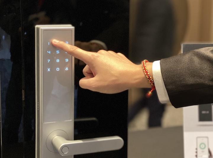 米客邦引進鹿客 LOOCK 智慧指紋門鎖,支援手機解鎖、行動電源充電、售價 13,900 元