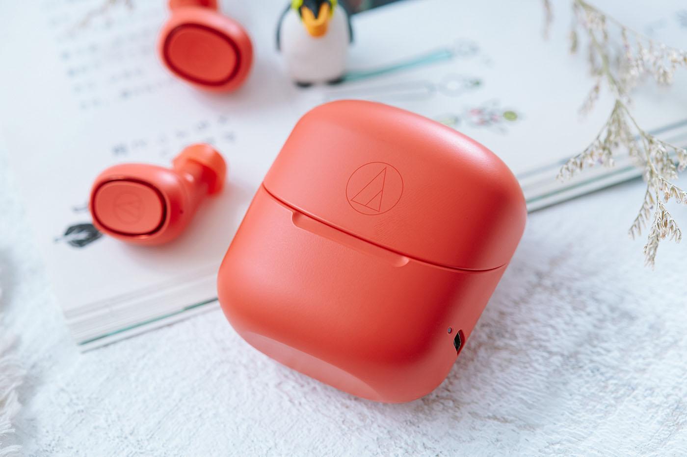 一款好的真無線藍牙耳機附件�,絕對也需要一組優秀的收納盒,因為這顆收納盒還肩負幫耳機充電的職責,而ATH-CK3TW 配�的收納盒,具備將耳機充滿4次電的能力,加上ATH-CK3TW 本體電池就擁有6小時續航效果,�配收納盒就能帶來最長30小時聆聽時間,相信縱使每天通勤聆聽音樂,也足夠一周使用。另外ATH-CK3TW 耳機與收納盒採用同色系�計,帶來相當美觀的一體感,而這款耳機除了小編評測的紅色機型外,另有黑色、白色以及藍色機型,更多樣化的色彩選擇,也能對應不同愛樂者對於個人時尚風格展現的需求。