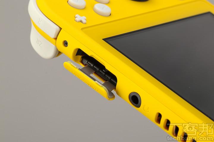 Nintendo Switch Lite 的卡匣位於耳機孔旁,相容 Nintendo Switch 所有遊戲卡帶。