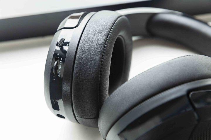 主要的控制按鍵以及雙音源介面,均位於左側耳罩上。