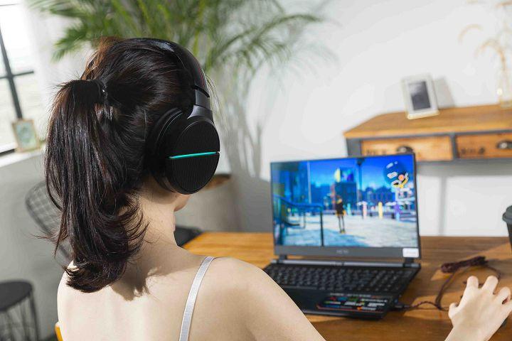 比較特別的是「遊戲特效」這一項,會依照所遊玩遊戲或看電影時的音頻變化,同步閃爍耳機的燈光。