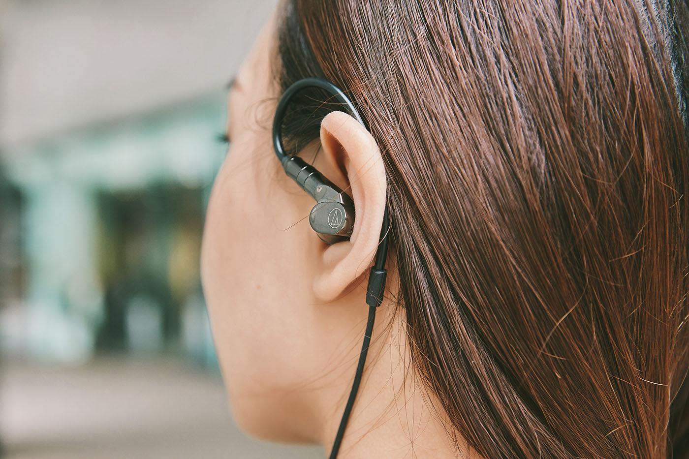 ATH-IEX1 實際佩戴的樣貌,可以看到耳掛的曲度非常的大,除了能對應絕大多數人的耳朵,也大幅降低了垂掛在耳朵上方所造成的負擔。接著看到耳機插入耳道的位置,不僅避開與耳骨接觸的區域,而且耳機外殼的形狀也能與耳窩充分貼合,達到良好的密合度,被動式阻絕環境噪音的干擾。