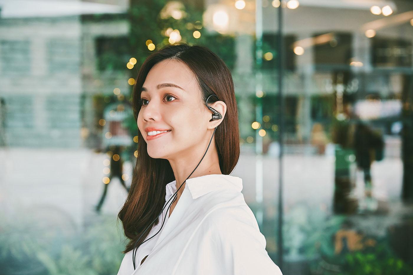 而小編認為最棒的一點是由於 ATH-IEX1 機體重量僅 19 克,�配上符合人體工�的耳掛佩戴�計,讓戴上 ATH-IEX1 聆聽音樂的過程顯得輕鬆愜意。