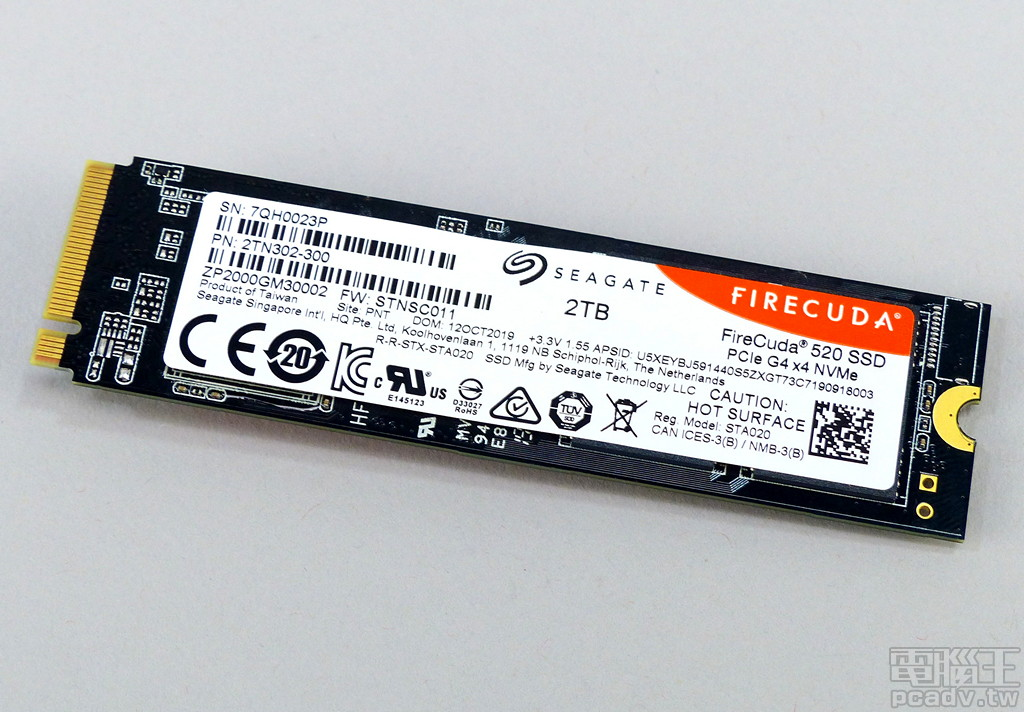FireCuda 520 電路板背面貼上型號、序號貼紙,並標明測試品容量為 2TB。