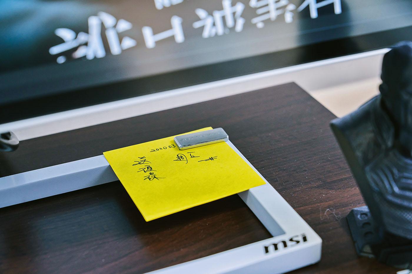 PS314WU 的底座巧妙整合了磁吸式�計,能快速固定工作上需要的便條紙或草圖。