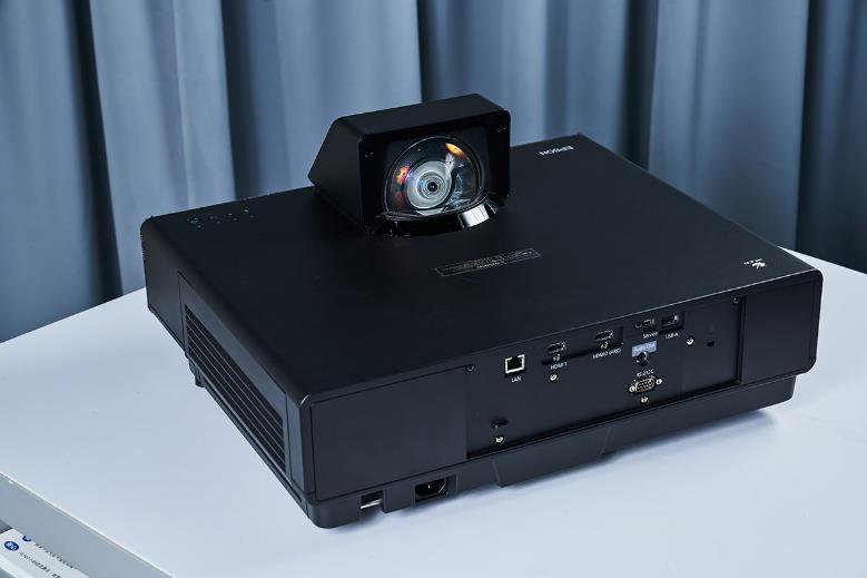 接下來從機體背面的視角來看看 EH-LS500,能發現最顯眼的當然就是投影鏡頭囉!