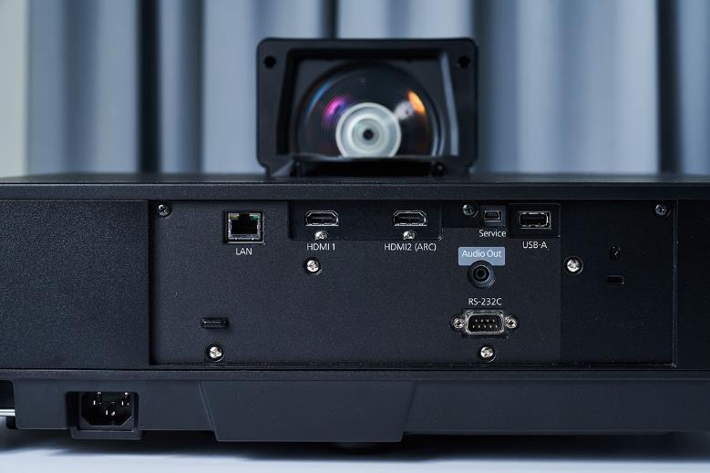 傳輸介面群規劃在 EH-LS500 機體背面的中央位置,從這裡可以找到兩組 HDMI 端子,一組 LAN 有線網路介面以及一組 USB 端子,HDMI 端子為 HDMI 2.0 規格,可完整對應 4K HDR 視訊,USB 則方便玩家對應手邊的外接儲存裝置,快速讀取影音檔案。整體看來,EH-LS500 在連接外部訊源的對應性表現上是頗優秀的。