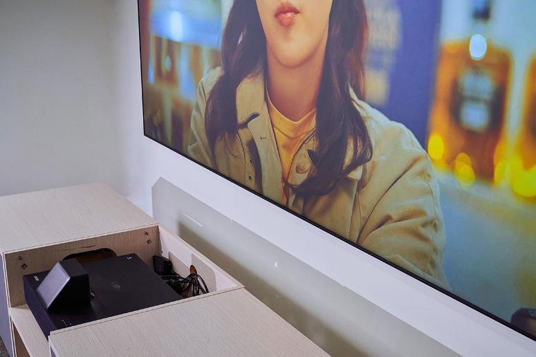 EH-LS500 畢竟還是一台投影機,那它再現 100 吋大畫面需要距離螢幕多遠呢?透過上圖的示意相信很明顯可以看出「就只需要一個電視櫃的深度」便能投出百吋影像,更棒的是觀看時完全不用關燈就能有清晰、色彩艷麗的畫面效果。