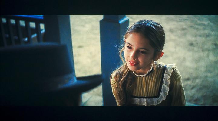 首先是電影「從前有個好萊塢」的其中一幕場景,可以看到畫面中小女孩的半身特寫有著相當鮮明的光線效果,從右手邊照射過來的光線,勾勒出她的臉型輪廓,也同時在另一側臉部形成陰影,然而因 EH-LS500 具備足夠的動態範圍再生能力,所以不僅亮部區域的曝光正常,暗部區域的髮絲細節也清晰可數,再加上流暢的明暗階調變化,可以感受到這款雷射電視 250 萬:1 的超高對比度確實是相當紮實。