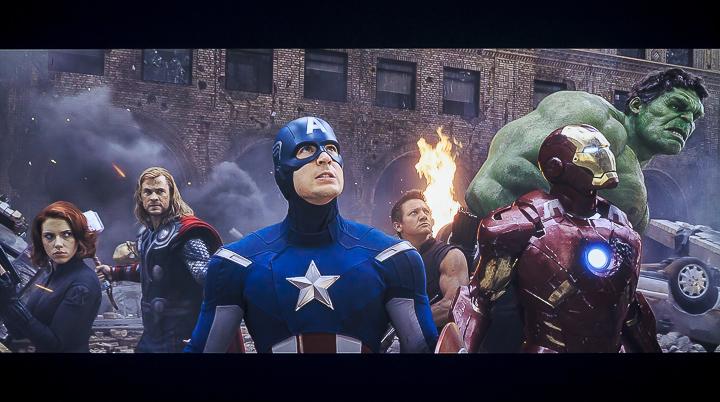 接著是電影「復仇者聯盟 4:終局之戰」的場景,可以看到鋼鐵人盔甲的金屬質感與站在一旁的美國隊長的服裝「質感」有著非常明顯的差異,而且除了材質上的差異,光線照射所劃分出的明暗區域、金屬光澤感以及布料的顏色深淺變化,在在都驗證了 EH-LS500 的技術實力,因為不僅是站在畫面最前方的鋼鐵人與美國隊長,實際上在畫面中無論遠或近的各個英雄,身穿戰袍的質感以及明暗細節都能被完整還原,就連作為背景的建築牆面線條都相當清晰,這正是一款優質的顯示器材應有的表現。