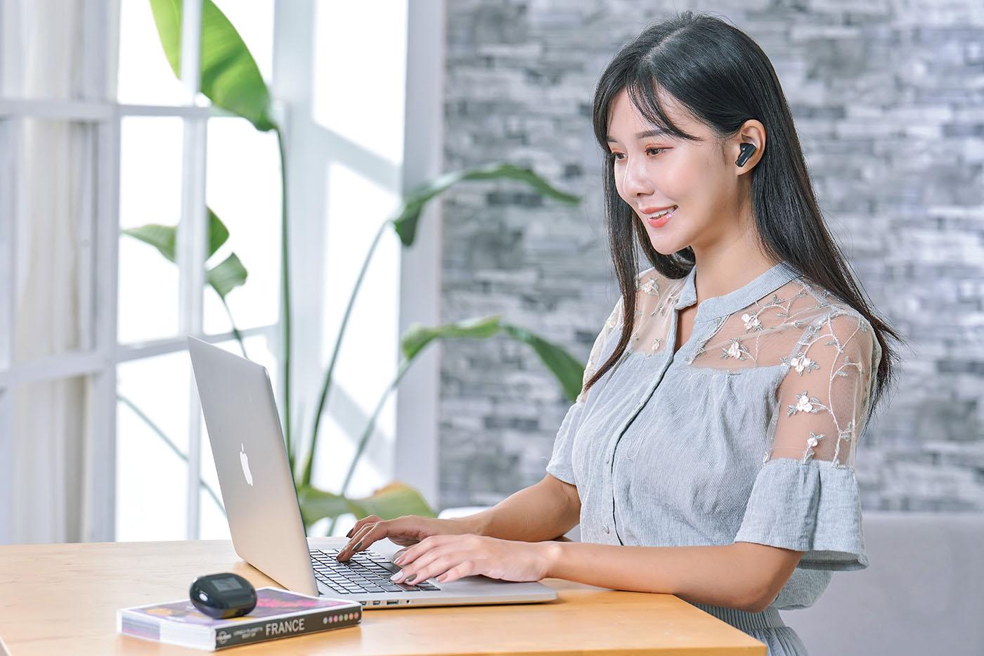 FreeBuds Pro 另一重點功能,就是可以在已經配對/連接的兩種裝置中,輕鬆切換,例如耳機連接電腦聆聽音樂時,手機來電,FreeBuds Pro 就會自動切換到手機端,讓用家可以即刻接聽電話,而當電話掛斷後,耳機則會自動連接回電腦,繼續音樂播放聆聽功能,整個切換過程流暢之外,反應速度也很快,重點是這不僅限於Android、Windows,也能支援iOS。