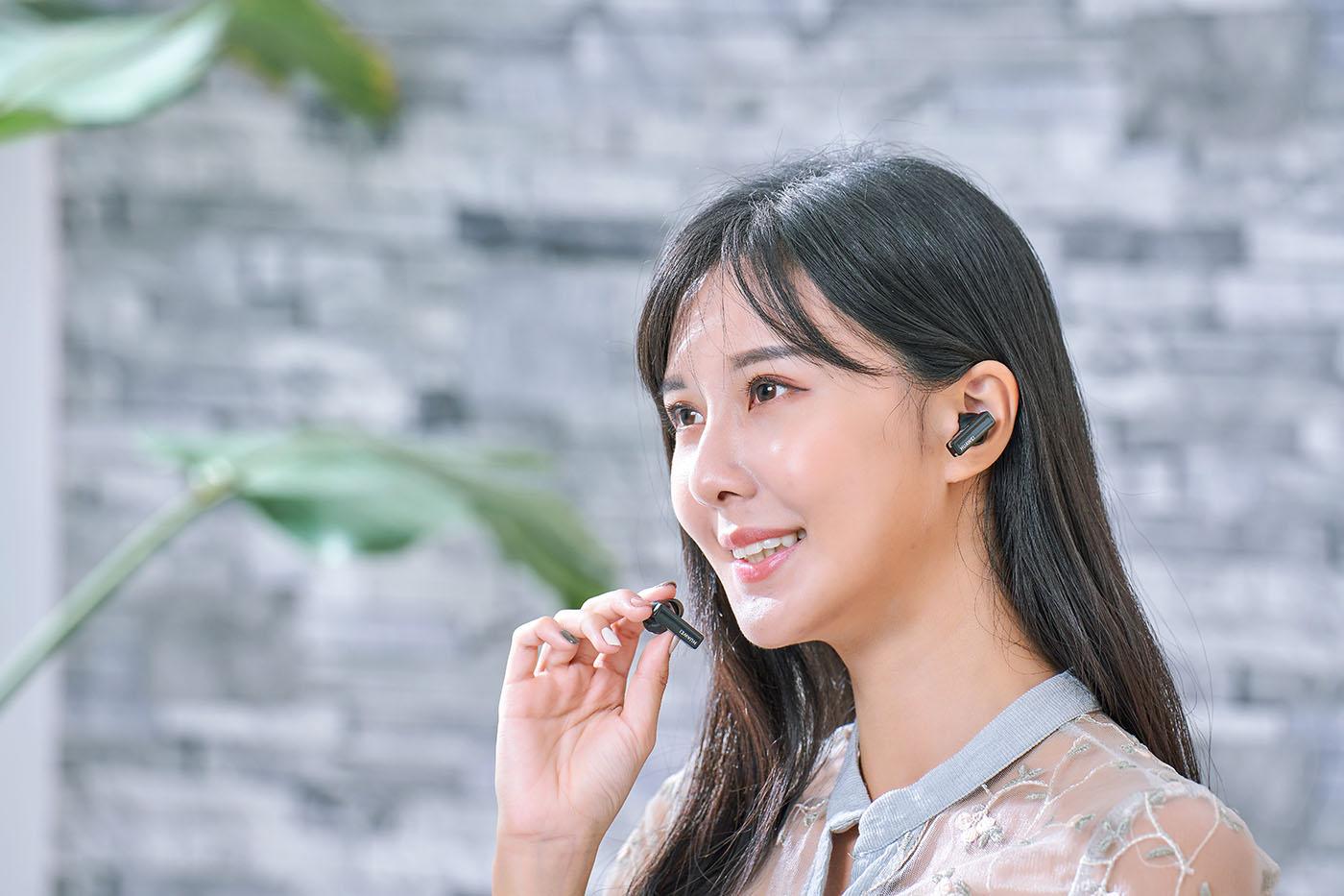 前面提到FreeBuds Pro 內建骨聲紋通話降噪功能,可以大幅提升通話時的音訊傳送清晰度,其實這款耳機還支援將單側耳機取下,作為獨立通話麥克風使用,讓通話效果更好。