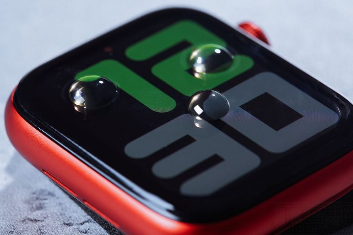 在 Apple Watch 上專用的 3D 壯撞貼,也具疏水疏油的特性,可隨時時保持錶面的乾淨。