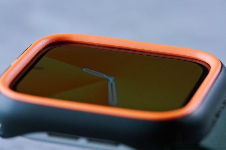 保護殼在外緣做了高於螢幕的設計,可保護手錶螢幕免於多種角度的落摔衝擊。