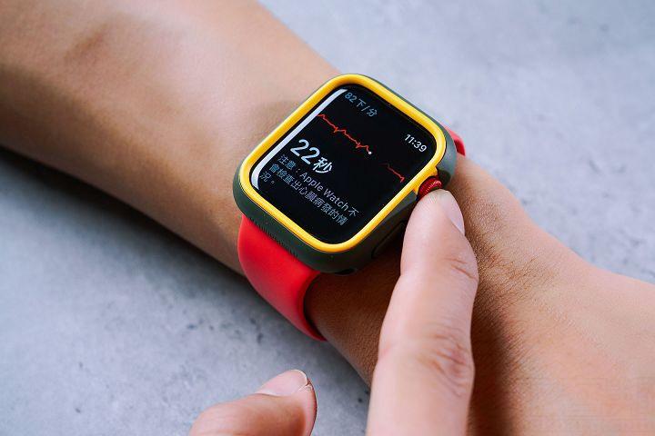 即使裝上保護殼後,利用錶冠來進行心電圖的偵測也不成問題。