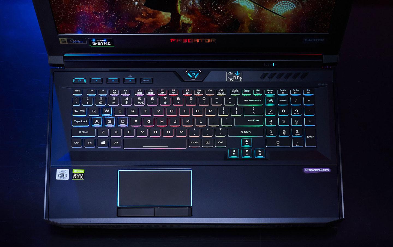 機身 C 面配置全尺寸鍵盤並支援每鍵 RGB 色光自訂,最上方也規劃了一整排客製功能鍵。