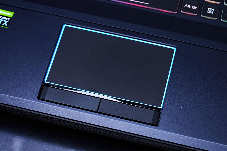 觸控板的外框配置了 RGB 燈條,與鍵盤很搭。