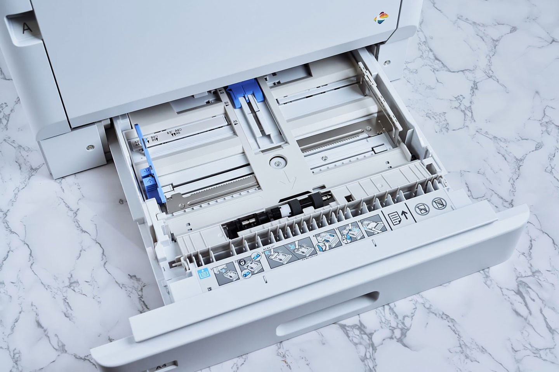 AL-C9500DN 標配一組標準紙匣,可支援最大 A4 尺寸的紙張 305 張。