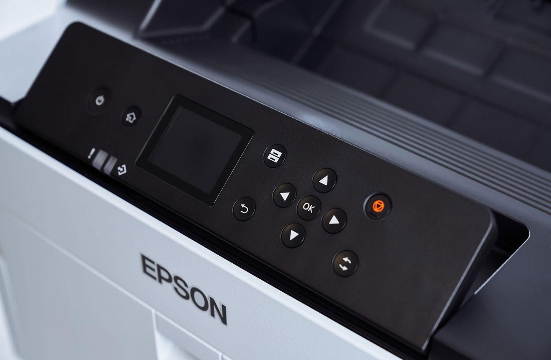 相較於上一世代的單色小尺寸螢幕,AL-C9500DN 搭載了一塊 2.4 吋的彩色液晶顯示面板,使得操作介面可讀性提升不少,搭配實體按鍵進行功能操控也很好上手。