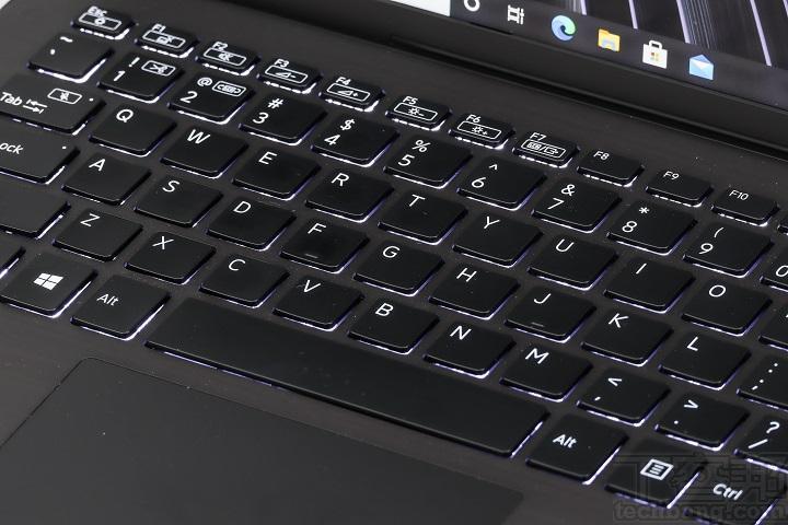 全尺寸的孤島式背光鍵盤,鍵帽以傾角設計,使按鍵時鍵帽更貼合指尖,並加上抑制噪音的設計。