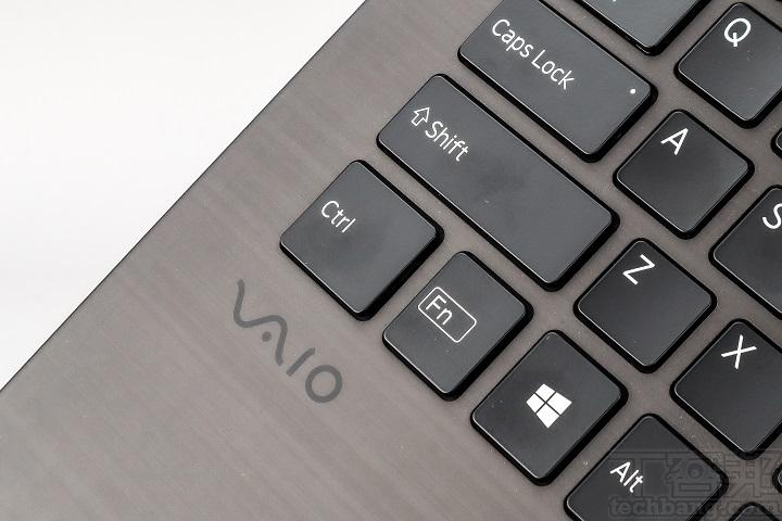 手掌放置處加上抗油漬的塗層,讓整體可以維持乾淨,且在左側還可見「VAIO」標誌。