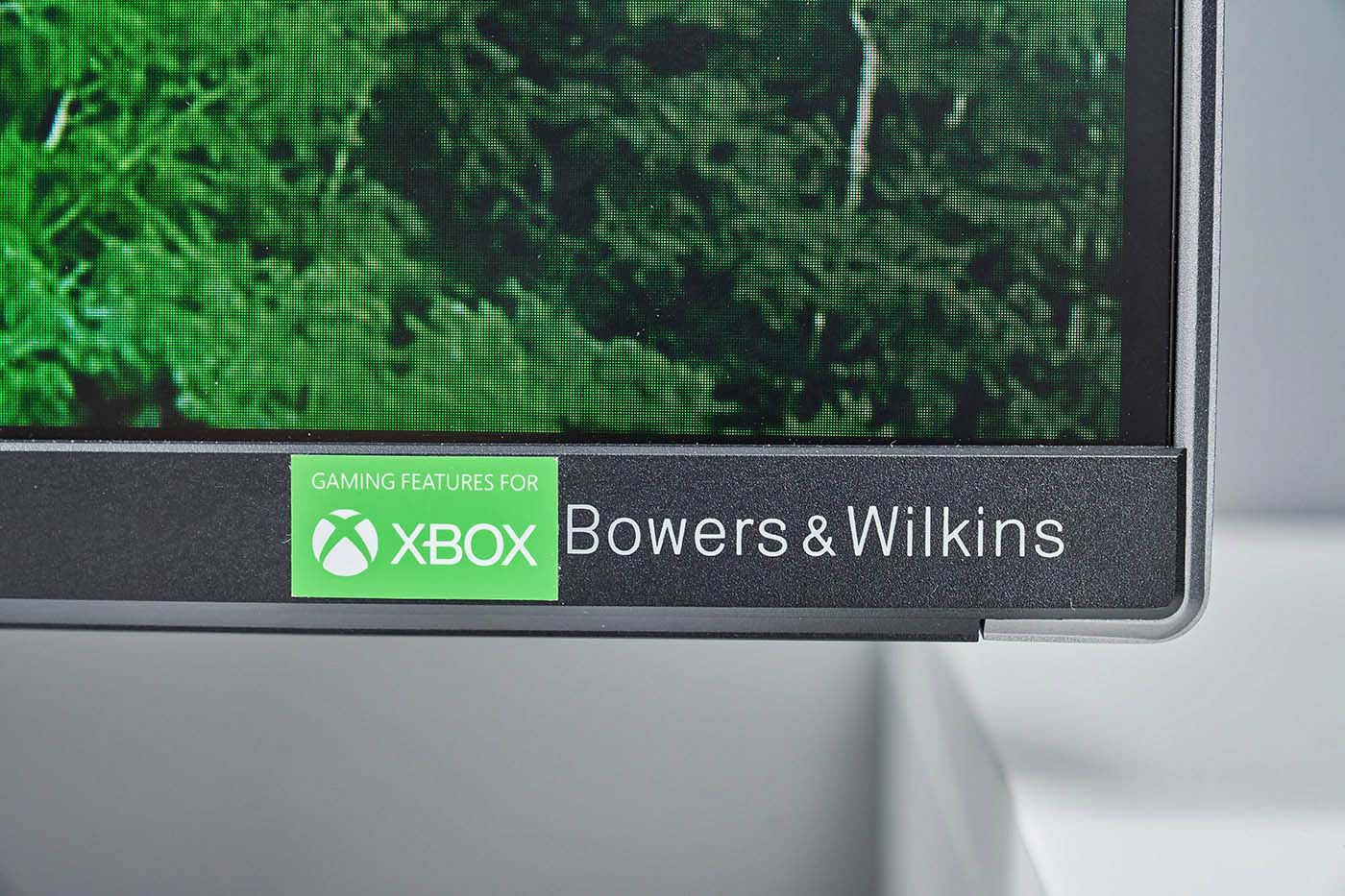 與 Xbox 團隊合作開發的 559M1RYV,在顯示器右下角鮮明標示著 Xbox 遊戲功能對應的文字,而這標誌也宣示559M1RYV 具備 Xbox 團隊授權認證,擁有全球首款「專為 Xbox 設計」之電競螢幕的光環,對於 Xbox 遊戲機玩家來說,更是遊戲表現最佳選擇,於此標示一旁則是同樣作為音響系統合作的 B&W 品牌商標。 ▲ 顯示器左下角則是 Philips 商標,醒目但相對低調的設計,讓 559M1RYV 顯出高雅質感。