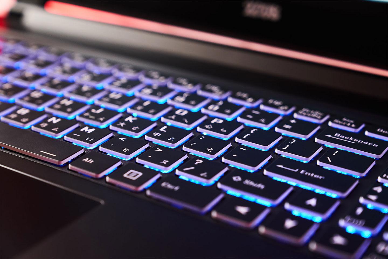 鍵盤的鍵帽四週為半透明設計,加上 15 色多彩背光,可多段調整亮度的功能,更能帶來更好 RGB 燈光效果。